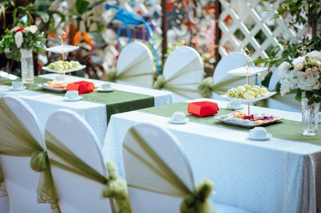 Trang trí đám cưới với bàn ghế cưới