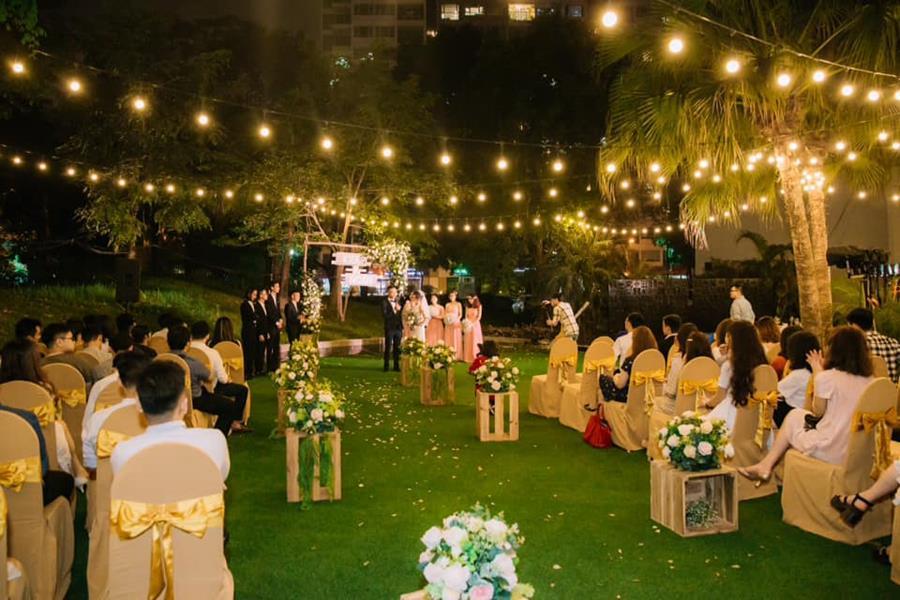 tổ chức tiệc cưới ở sân vườn