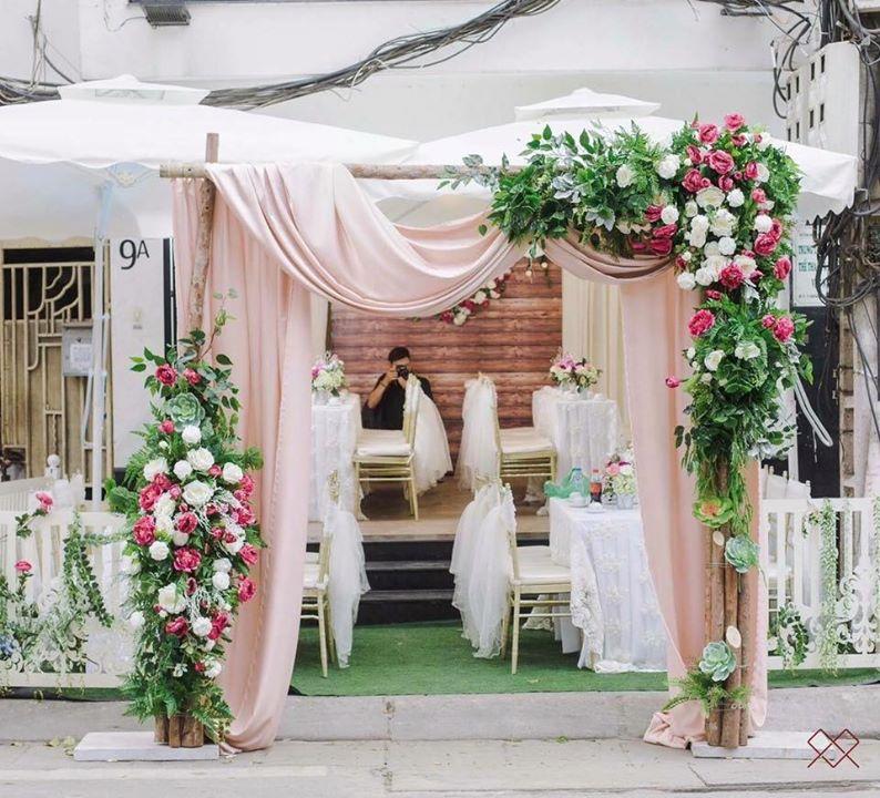 cổng cưới hoa kết hợp với dải lụa