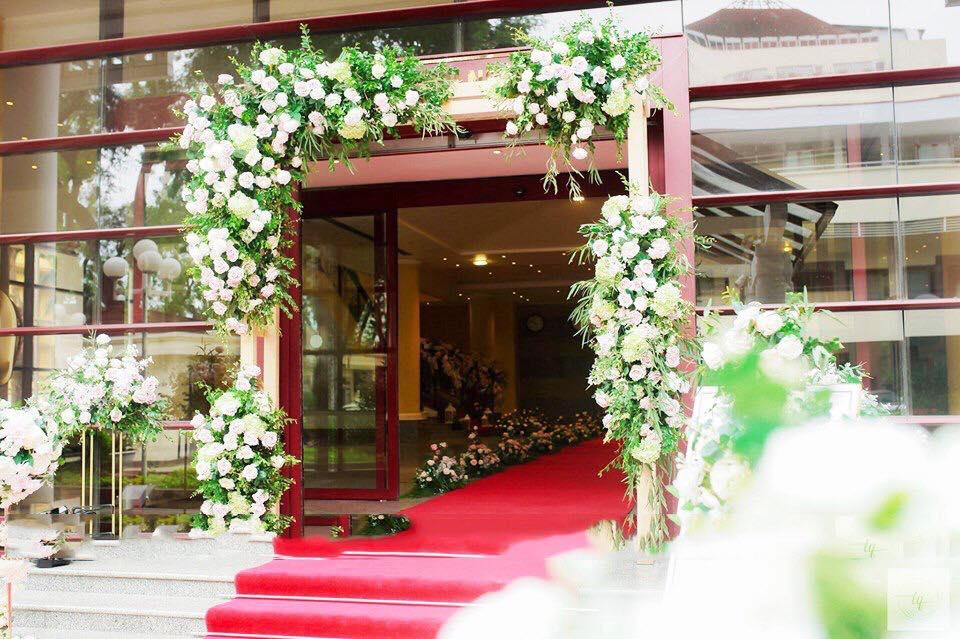 cổng cưới bằng hoa tươi