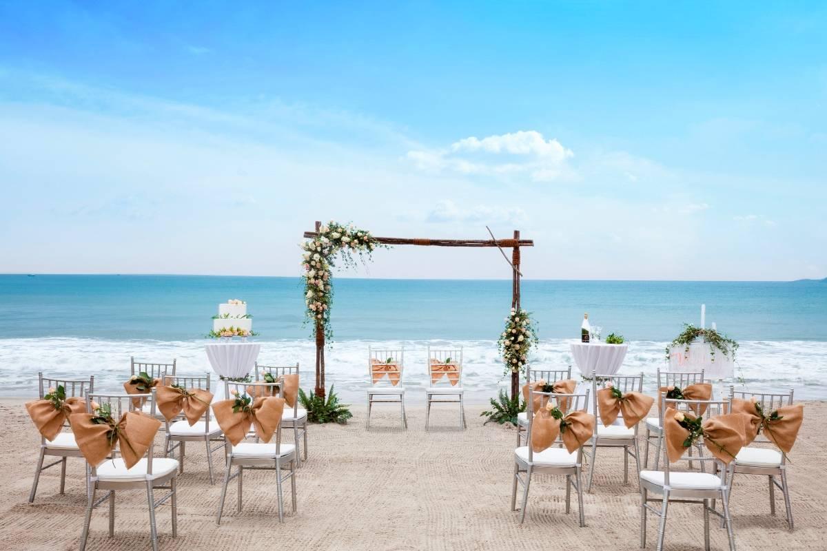 Tổ chức đám cưới ngoài trời ở bãi biển